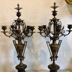 Antigüedades: PAREJA DE CANDELABROS EN BRONCE. Lote 142289498