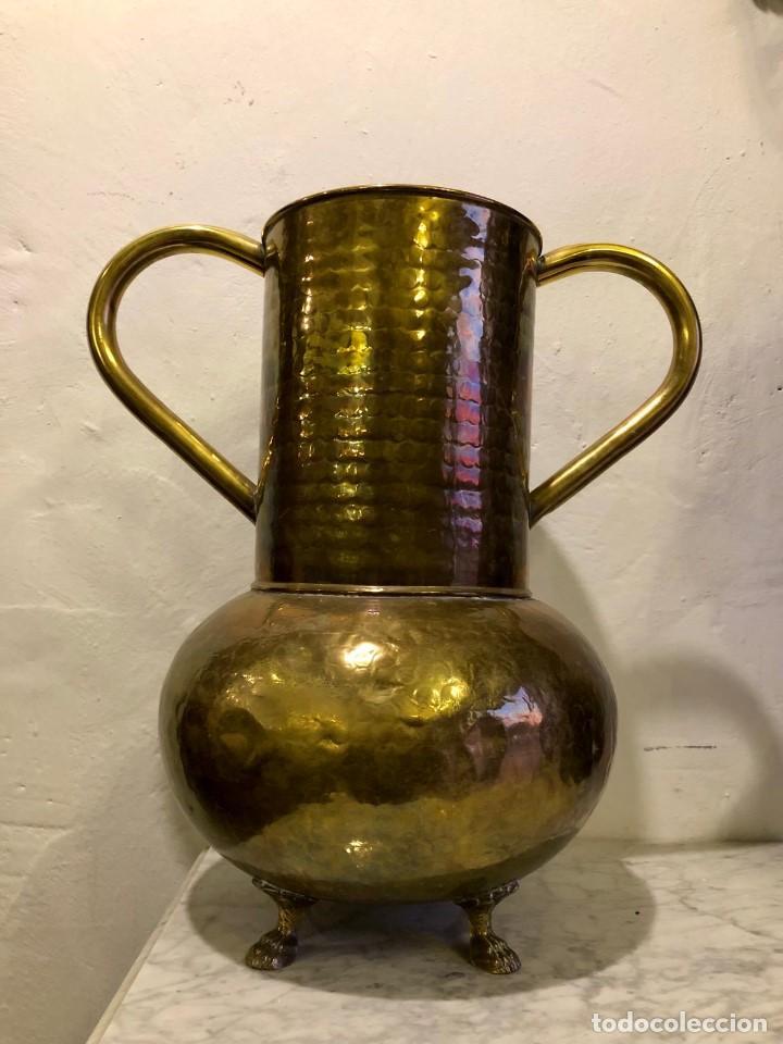 JARRON DE LATON REPUJADO (Antigüedades - Hogar y Decoración - Portafotos Antiguos)