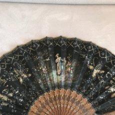 Antigüedades: ANTIGUO ABANICO SIGLO XIX, VARILLAJE DE MADERA TALLADA Y PINTADO Y BORDADO A MANO. Lote 142294900