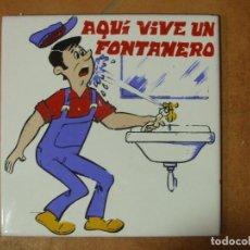 Antigüedades: AZULEJO DECORATIVO CON MOTIVO OFICIO GREMIO AQUI VIVE UN FONTANERO - FONTANERÍA. Lote 142296810