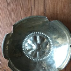 Antigüedades: PEQUEÑA FUENTE DE ALPACA CON MOTIVO FLOR. Lote 142342506