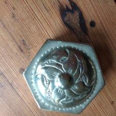 Antigüedades: CAJITA O PASTILLERO DE ALPACA EXAGONAL. Lote 142350082