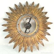 Antigüedades: APLIQUE EN FORMA DE SOL. HOJAS DE LAUREL DE LATÓN. 2 PUNTOS DE LUZ. CIRCA 1950. . Lote 142391054