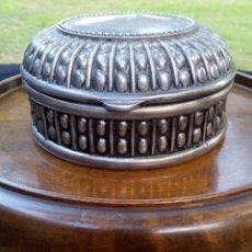 Antigüedades: CAJA DE METAL PLATEADO. CON GRABADOS. INTERIOR EN TECIOPELO AZUL. CIRCA DE 1950.. Lote 142457405