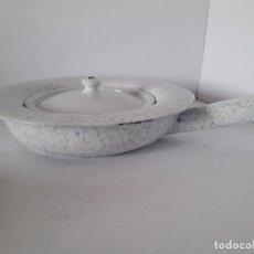 Antigüedades: ORINAL CON TAPADERA DE HIERRO ESMALTADO. Lote 142463478