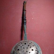 Antigüedades: CALIENTA CAMAS DE COBRE CON MANGO DE MADERA CRUZ PATE EN TAPA FRONTAL SIGLO XIX 78CM LONGITUD. Lote 142496738