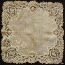 Antigüedades: ANTIGUO PAÑUELO DE ENCAJE DE BRUSELAS PUNTO AGUJA - IMAGEN - NOVIA S. XIX. Lote 142438938