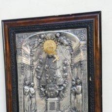 Antigüedades: GRAN CUADRO RELIGIOSO DEL VIRGEN DE LOS DESAMPARADOS PATRONA DE VALENCIA COLOR PLATA Y ORO. Lote 172297150