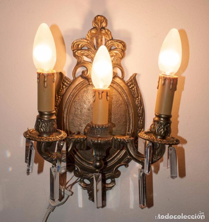 APLIQUE DE BRONCE Y CRISTALES, LAMPARA TRES LUCES (Antigüedades - Iluminación - Apliques Antiguos)