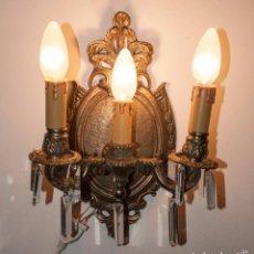Antigüedades: APLIQUE DE BRONCE Y CRISTALES, LAMPARA TRES LUCES. Lote 142576306