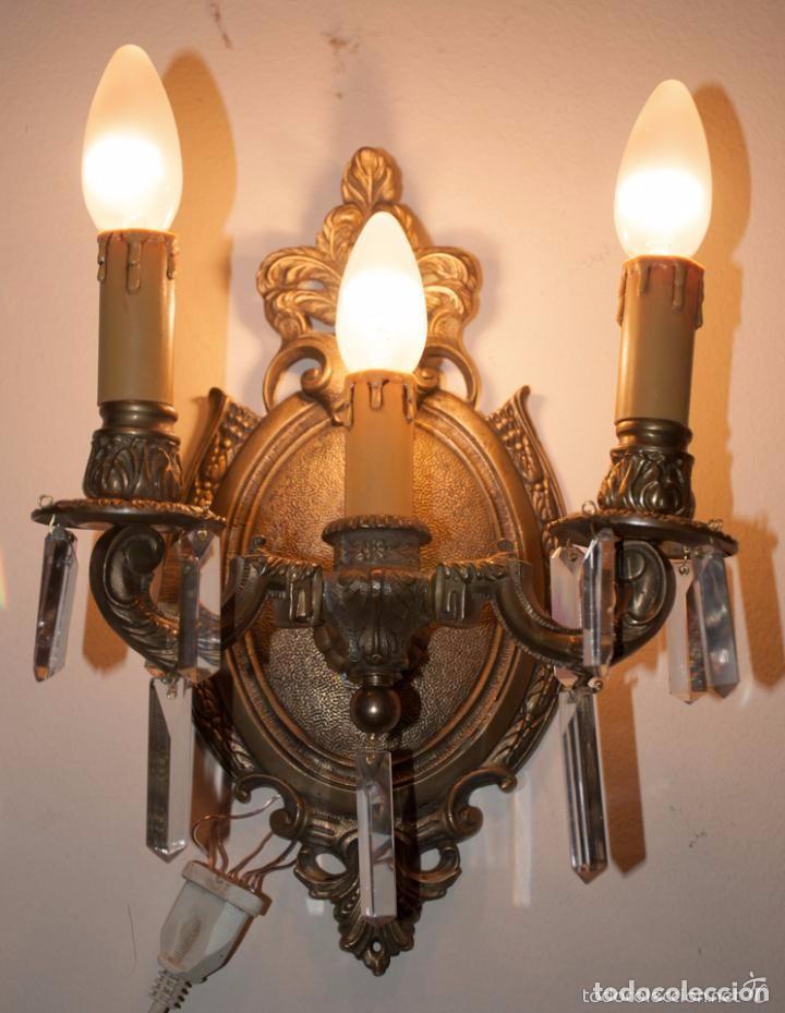 Antigüedades: APLIQUE DE BRONCE Y CRISTALES, LAMPARA TRES LUCES - Foto 2 - 142576306