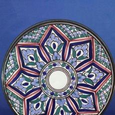 Antigüedades: PLATO DECORATIVO PORCELANA MANISES. Lote 142621952