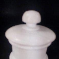 Antigüedades: CAJA CIRCULAR CON TAPA. ALABASTRO, ETIQUETA ENIA LA MILAGROSA.. Lote 142639098
