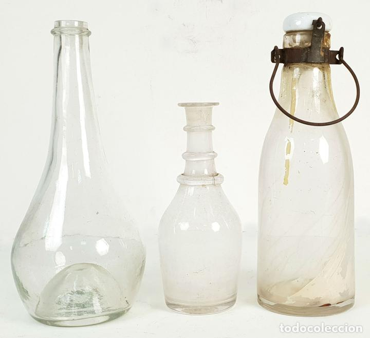 SET DE 3 BOTELLAS DE CRISTAL SOPLADO. PRINCIPIOS SIGLO XVIII-XIX. (Antigüedades - Cristal y Vidrio - Catalán)