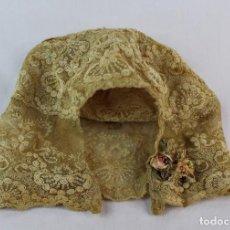 Antigüedades: 117 PRECIOSO GORRO DE BEBÉ BORDADO A MANO, DELICADAS FLORES EN TODO EL CONJUNTO. S XIX IDEAL MUÑECAS. Lote 142649522