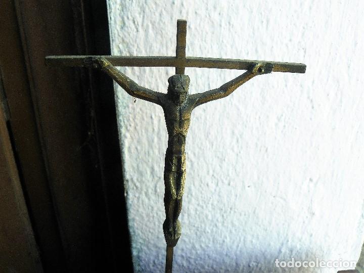 Antigüedades: cruz de hierro con Cristo de bronce- sobre pedestal de madera - Foto 2 - 142673210