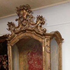 Antigüedades: EXTRAORDINARIA VITRINA-CAPILLA DORADA DEL SIGLO XVIII- 235 CM. ALTURA TOTAL CON COPETE, VER FOTOS.. Lote 142673298