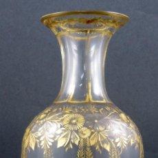 Antigüedades: ANFORA JARRON EN CRISTAL SOPLADO TALLADO Y DORADO DE LA GRANJA SIGLO XVIII. Lote 142691358