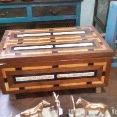 Antigüedades: ARQUETA DE TARACEA Y HUESO GRABADO. AÑOS CUARENTA.. Lote 142696302