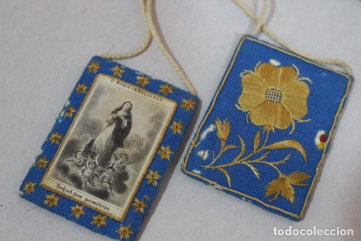 ANTIGUO ESCAPULARIO DE MARÍA INMACULADA CON MOTIVOS FLORALES BORDADOS / PRINCIPIOS SIGLO XX (Antigüedades - Religiosas - Escapularios Antiguos)