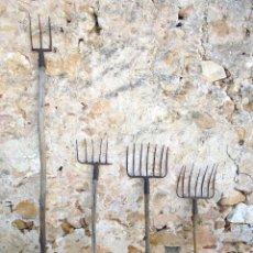 Antigüedades: LOTE 4 GARIOS ANTIGUOS HORCAS DE HIERRO FORJADO - APEROS DE LABRANZA. Lote 142723490