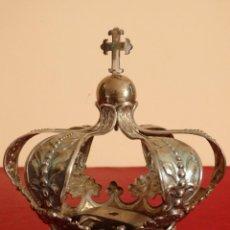 Antiques: CORONA CON BUENAS DIMENSIONES EN METAL PLATEADO. PPS. S. XX. MEDIDAS DE 15 X 14 CM.. Lote 142730270