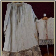 Antigüedades: ALBA DE ADULTO PLISADA EN HILO Y ROQUETE INFANTIL LISADO CON BELLOS ENCAJES LOS DOS.. Lote 142735902