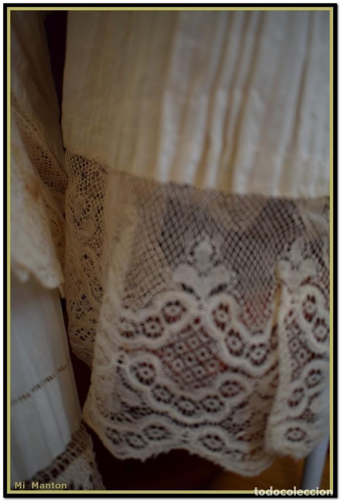 Antigüedades: Alba de adulto plisada en hilo y Roquete infantil lisado con bellos encajes los dos. - Foto 2 - 142735902