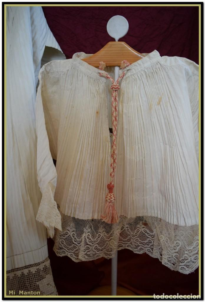 Antigüedades: Alba de adulto plisada en hilo y Roquete infantil lisado con bellos encajes los dos. - Foto 3 - 142735902