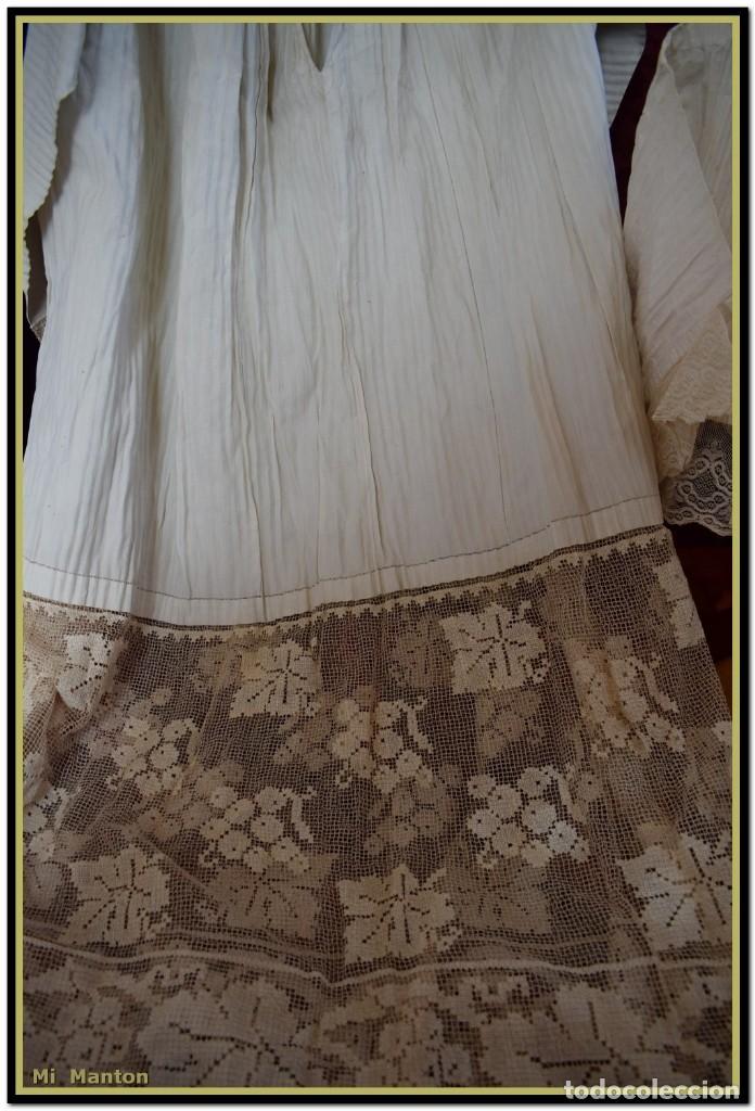 Antigüedades: Alba de adulto plisada en hilo y Roquete infantil lisado con bellos encajes los dos. - Foto 5 - 142735902