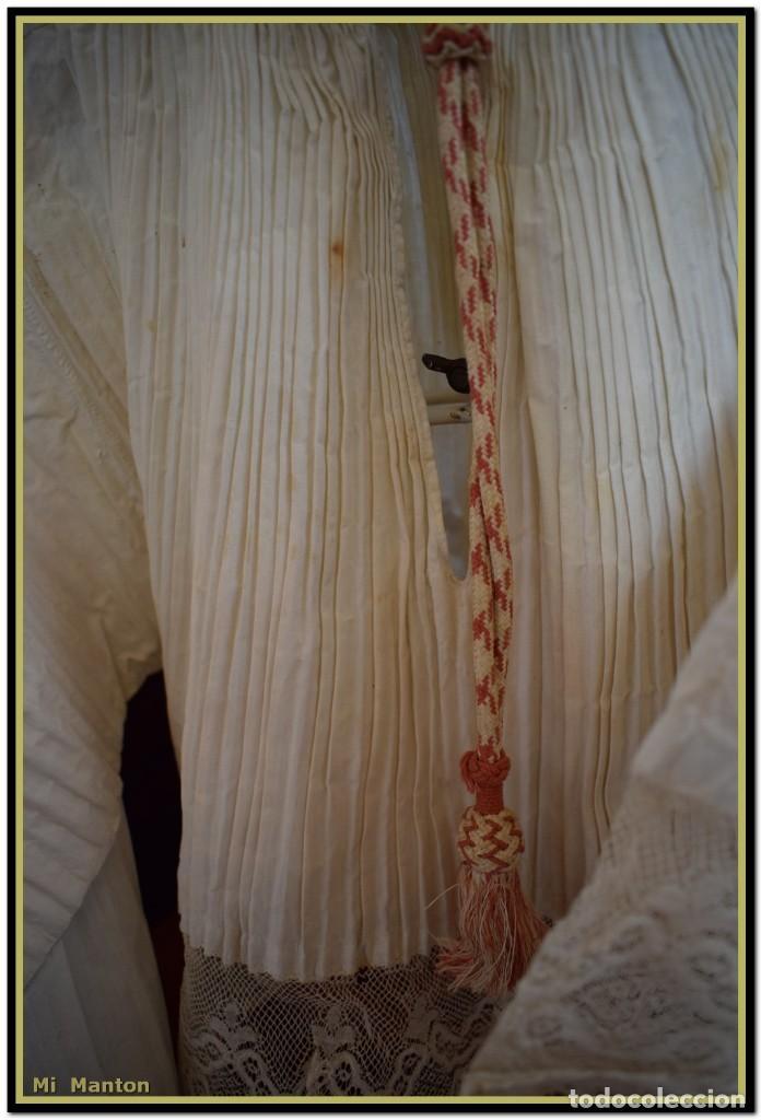 Antigüedades: Alba de adulto plisada en hilo y Roquete infantil lisado con bellos encajes los dos. - Foto 8 - 142735902