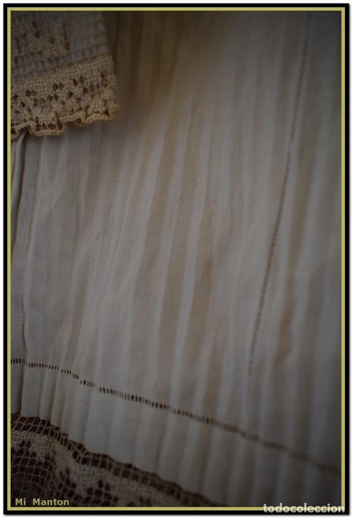 Antigüedades: Alba de adulto plisada en hilo y Roquete infantil lisado con bellos encajes los dos. - Foto 10 - 142735902