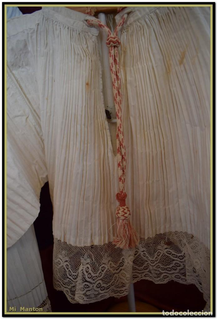 Antigüedades: Alba de adulto plisada en hilo y Roquete infantil lisado con bellos encajes los dos. - Foto 11 - 142735902