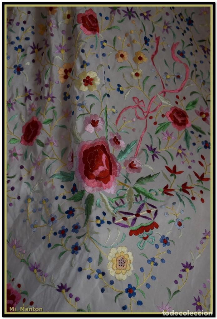 Antigüedades: Mi Mantón. Mantón blanco con flores y lazos bordados, muy alegre y juvenil. Diseño muy original. - Foto 11 - 142736054