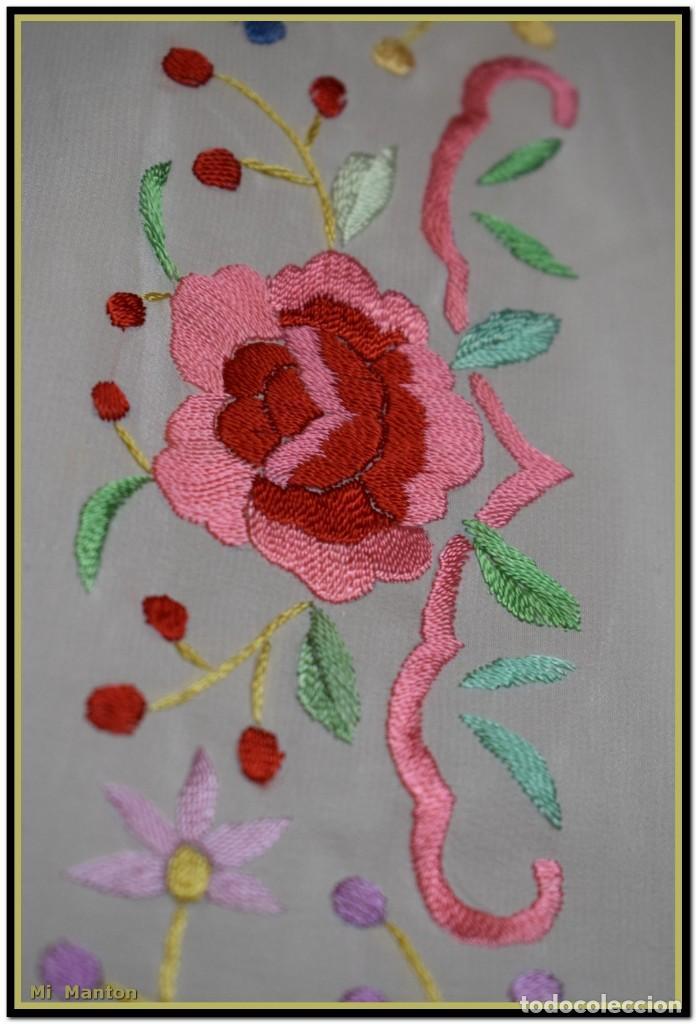 Antigüedades: Mi Mantón. Mantón blanco con flores y lazos bordados, muy alegre y juvenil. Diseño muy original. - Foto 7 - 142736054