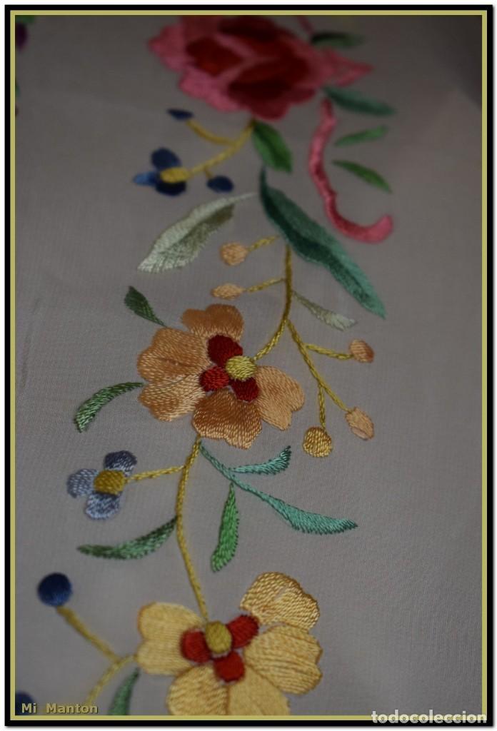 Antigüedades: Mi Mantón. Mantón blanco con flores y lazos bordados, muy alegre y juvenil. Diseño muy original. - Foto 6 - 142736054