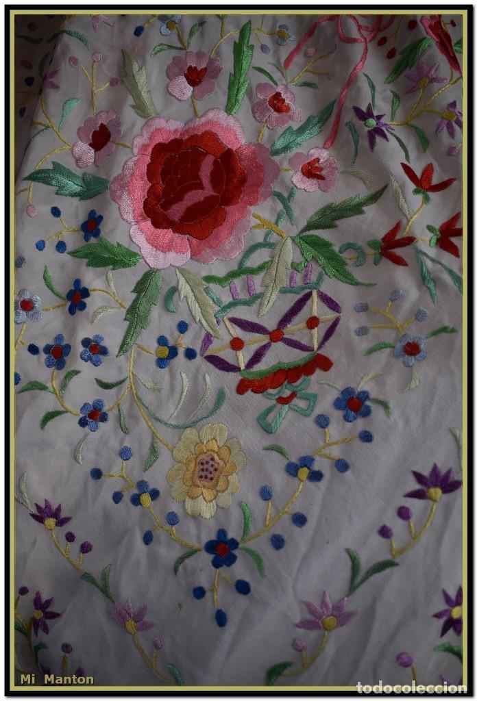 Antigüedades: Mi Mantón. Mantón blanco con flores y lazos bordados, muy alegre y juvenil. Diseño muy original. - Foto 9 - 142736054