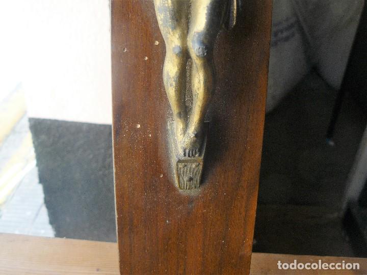 Antigüedades: Crucifijo de pared en madera y bronce. 45 x 25 cms - Foto 7 - 142773818
