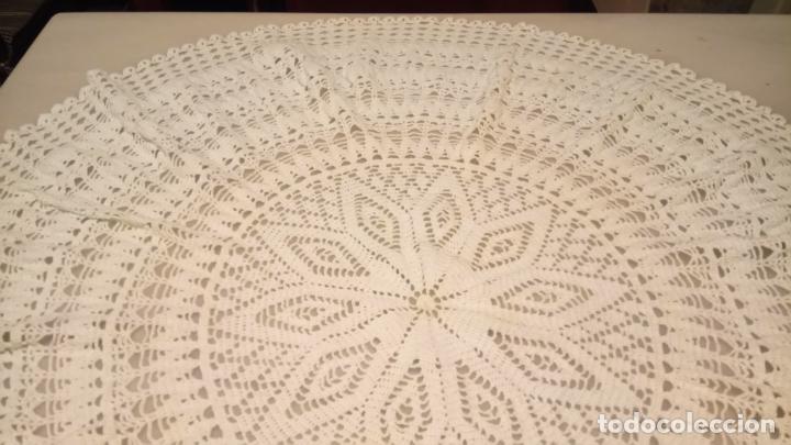 Antigüedades: Antiguo tapete hecho a mano de ganchillo para mesa redonda o cuadrada años 50-60 - Foto 2 - 142775330