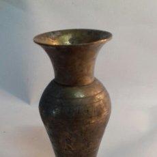 Antigüedades: PALMATORIA CANDELABRO PORTA VELAS PEQUEÑO EN FORMA DE FLORERO. CINCELADO.. Lote 142785765