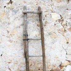 Antigüedades: ANTIGUA ESCALERA RÚSTICA EN MADERA MACIZA. Lote 142822190