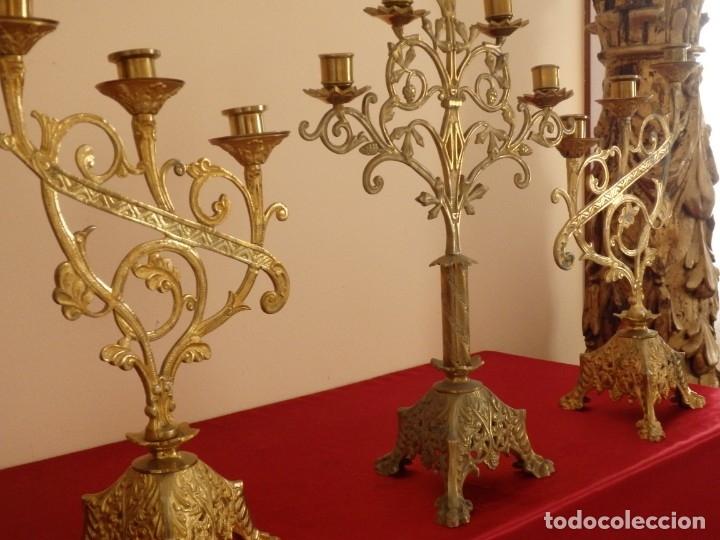 Antigüedades: Conjunto de tres candelabro de grandes dimensiones para altares o capillas en bronce dorado. S. XIX. - Foto 2 - 142824010