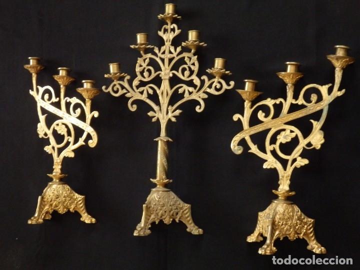 Antigüedades: Conjunto de tres candelabro de grandes dimensiones para altares o capillas en bronce dorado. S. XIX. - Foto 5 - 142824010