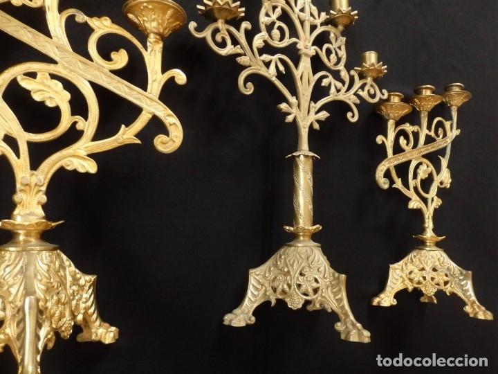 Antigüedades: Conjunto de tres candelabro de grandes dimensiones para altares o capillas en bronce dorado. S. XIX. - Foto 6 - 142824010