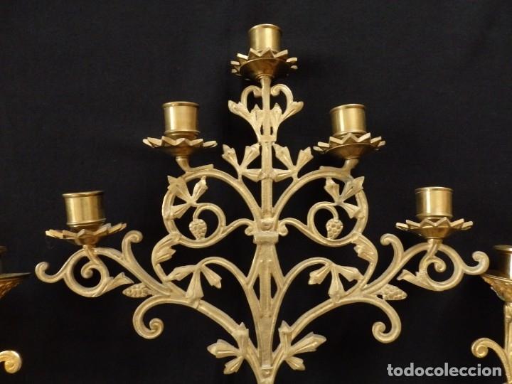 Antigüedades: Conjunto de tres candelabro de grandes dimensiones para altares o capillas en bronce dorado. S. XIX. - Foto 9 - 142824010