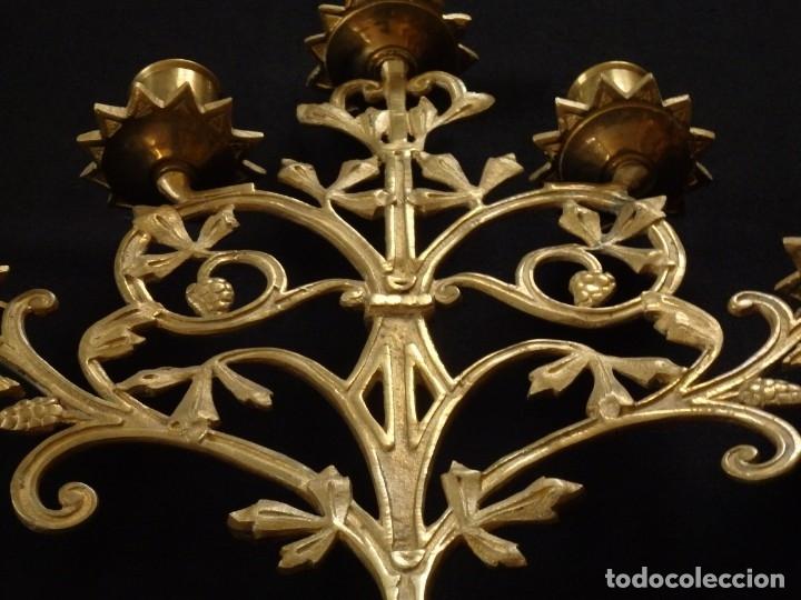 Antigüedades: Conjunto de tres candelabro de grandes dimensiones para altares o capillas en bronce dorado. S. XIX. - Foto 13 - 142824010