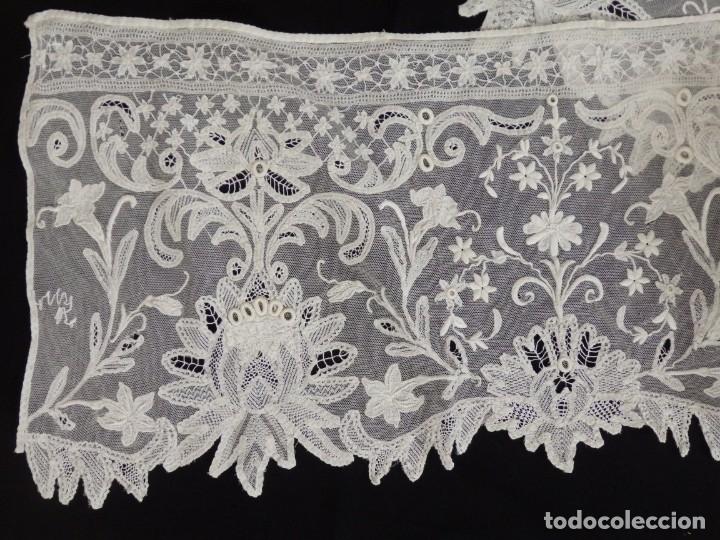 Antigüedades: Frente de altar de grandes dimensiones (480 x 35 cm) en encajes manuales. Pps. S. XX. - Foto 12 - 142825158