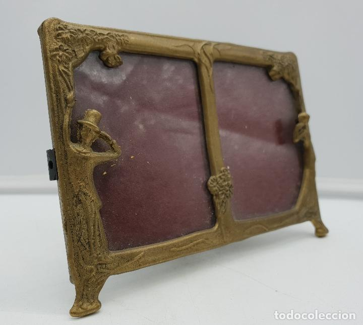 Antigüedades: Precioso marco portafotos antiguo modernista de bronce para dos fotos. - Foto 2 - 142860998