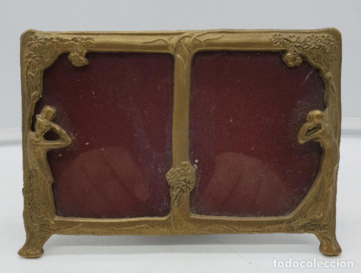 Antigüedades: Precioso marco portafotos antiguo modernista de bronce para dos fotos. - Foto 4 - 142860998