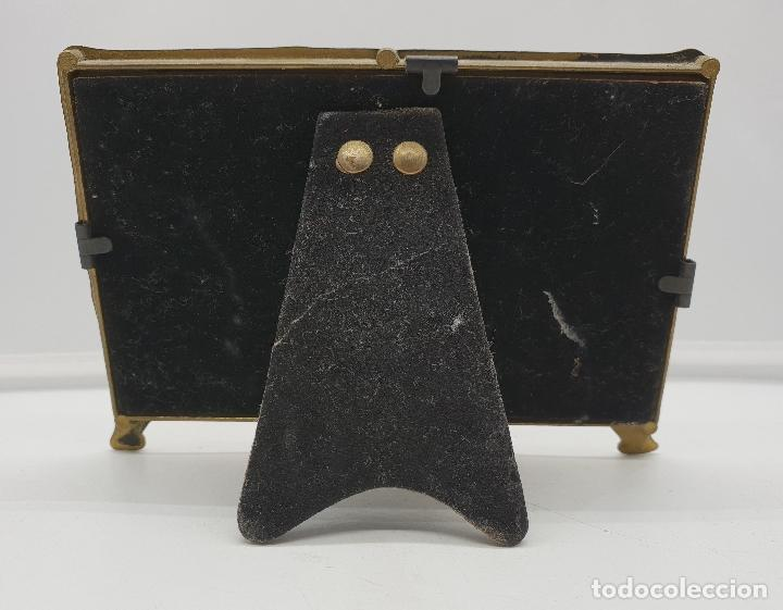 Antigüedades: Precioso marco portafotos antiguo modernista de bronce para dos fotos. - Foto 5 - 142860998